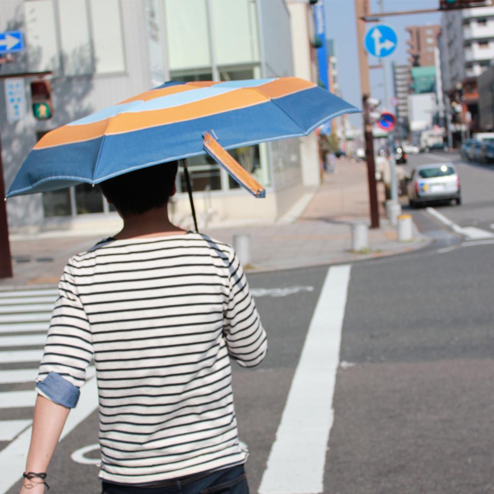 日傘を使う男性