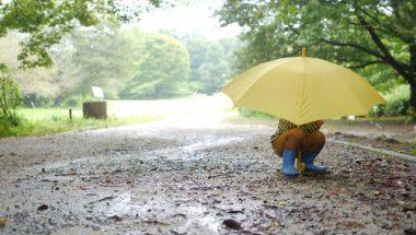 キッズの雨の日コーデ、ポンチョかレインコートどっちがいいの?