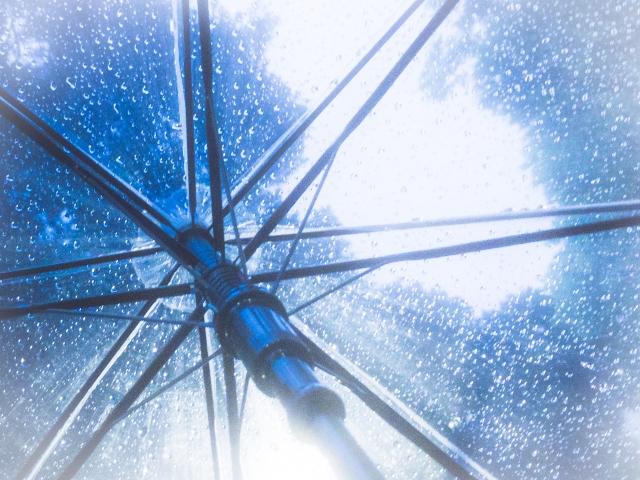 ビニール傘越しの風景