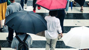 足元も雨に濡れたくない・・・雨の日の上手な傘の差し方
