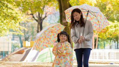 親子でお揃いの傘を使う