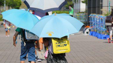 コロナ禍での【傘さし登校】距離を保ちながら熱中症予防もできて一石二鳥